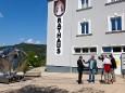 Papst Johannes Paul II. Skulptur Transport wird von ORF Steiermark mit Paul Prattes gefilmt.
