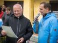 Dr. Ferenc Reisner bekommt von Johann Kleinhofer mit Grüßen des Bürgermeisters eine Urkunde  -Pilgerwanderung Mariazell - Ungarn in Sopron