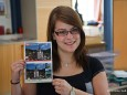 Natalie Zuser vom Tourismusverband Mariazell mit der Mariazell Postkarte als Stimme für Mariazell.