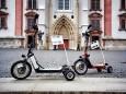 Elektro-Bikeboards mit Werbefahne vor der Basilika