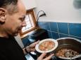 Da es nach 20 Uhr in Mariazell schwer ist warme Küche zu bekommen, kocht das Filmteam zwangshalber selber  ;-)