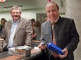 Bgm. Josef Kuss gewinnt den richtigen Preis beim Glückshafen. Eine Wasserflasche für die bevorstehende Durststrecke der Gemeinde ;-)