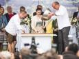 Die Steiermark Torte wird mit Schokolade überzogen von Erich Handl, Lena Hoschek und Josef Zotter - 20. Steiermark Frühling - Steirerfest 2016 in Wien