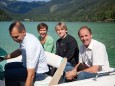 Johann Kleinhofer macht eine Seerundfahrt mit Ute Hödl (Presse Steiermark Tourismus), Karl Oberfeichtner und Hans Resch (Vizepräsident Landwirtschaftskammer)