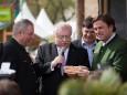 Wiens Bürgermeister wird ein symbolisches Steirerherzbankerl übergeben