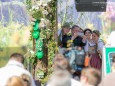 Währenddessen macht BM Andrä Rupprechter ein Selfie hinter der Bühne - Steiermark Frühling 2015 in Wien am Rathausplatz