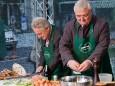 LH Pühringer und Bgm. Franz Dobusch bereiten eine steirische Eierspeis zu