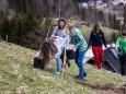 Bepflanzung der zukünftigen Streuobstwiese beim Feldbauer/Fam. Eder am 12. April 2021
