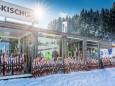 Die Ski warten bereits auf die Kinder - Volksschulparty im Schnee - Lackenhof am Ötscher