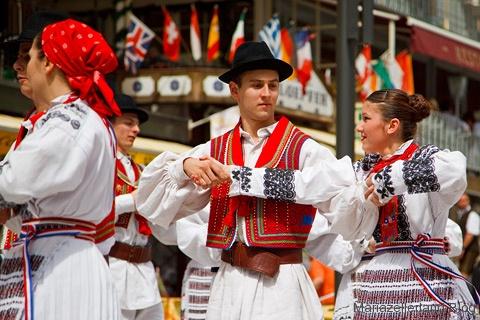 Volkstanzgruppen aus Rumänien und Kroatien in Mariazell