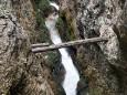Die Wasserlochklamm - Baumstamm spreizt die Felsen auseinander damit das Wasser durch kann ;-)