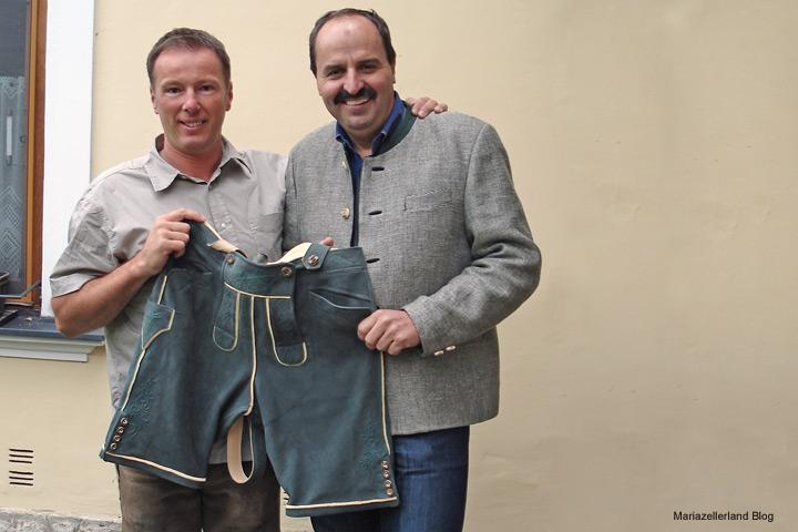 Fred Lindmoser und Johann Lafer präsentieren die Hirschlederhose