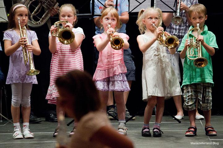 Katja Dandler, Sandrina Picha, Pia Mandl, Anika Kaml, Elias Berger spielen das Stück Brass Kids Fanfarissimo