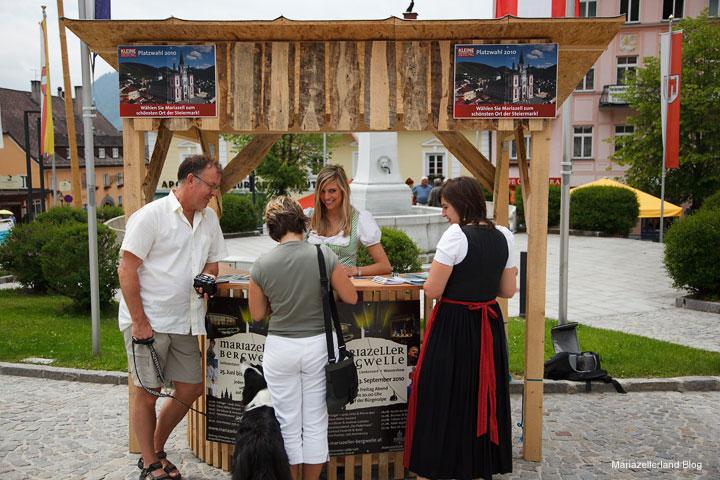 Stand am Hauptplatz in Mariazell zum Stimmen sammeln für die Platzwahl 2010 der Kleinen Zeitung