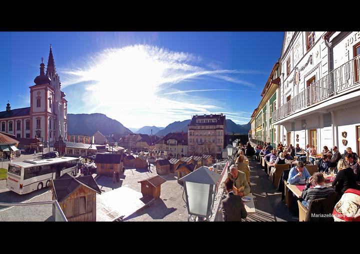 Hautpplatz in Mariazell am 14. Nov. 2010 - Die Adventhütten stehen bereits