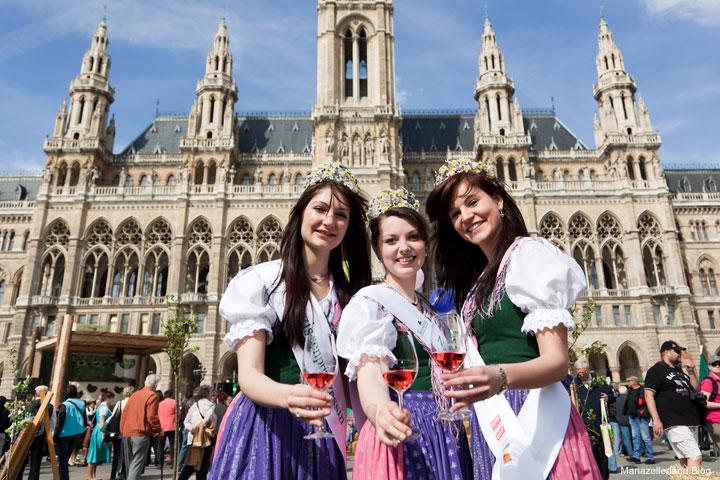 Narzissenkönigin und ihre Prinzessinnen am Steirerfest 2011 in Wien