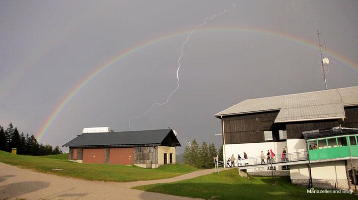 Regenbogen mit Blitz