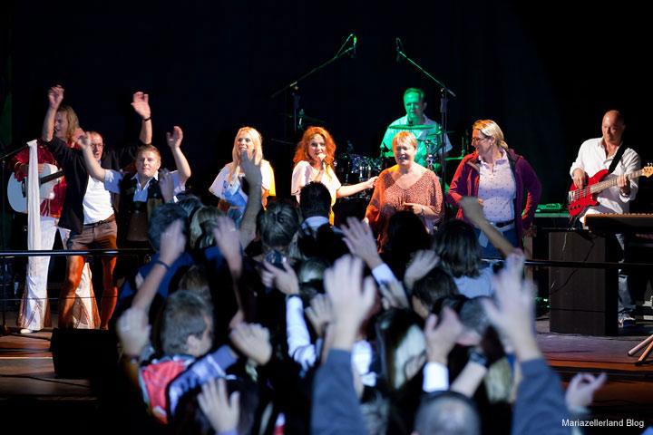 ABBA Bergwelle - Das Publikum vor und auf der Bühne voll dabei