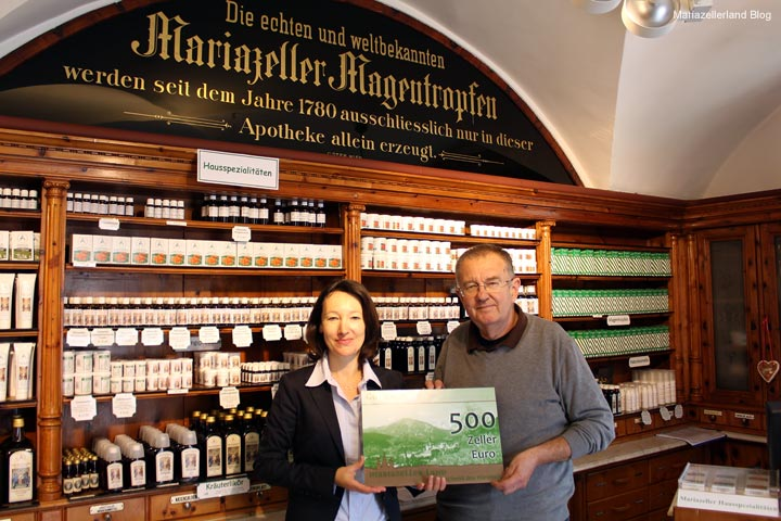 Parkscheinverlosung - Übergabe der 500 Zeller Euro an Dr. Karl Krawagna - 1. Gewinner