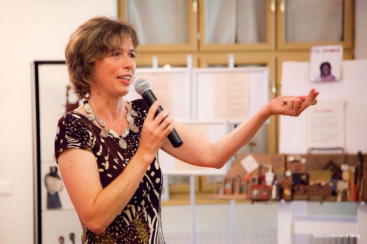 Inge Praschl eröffnet die Kunstausstellung im Europeum