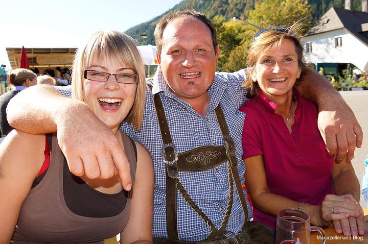 Bauernmarkt in Gußwerk - Organisator Hannes Reiter und unsere Tourismusmädels Natalie und Brigitte-Gusswerk-6202