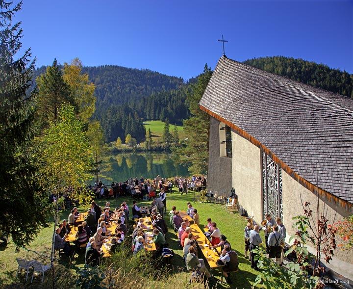 Bruder Klaus Kirche Walstern Rückansicht beim Weisenblasen