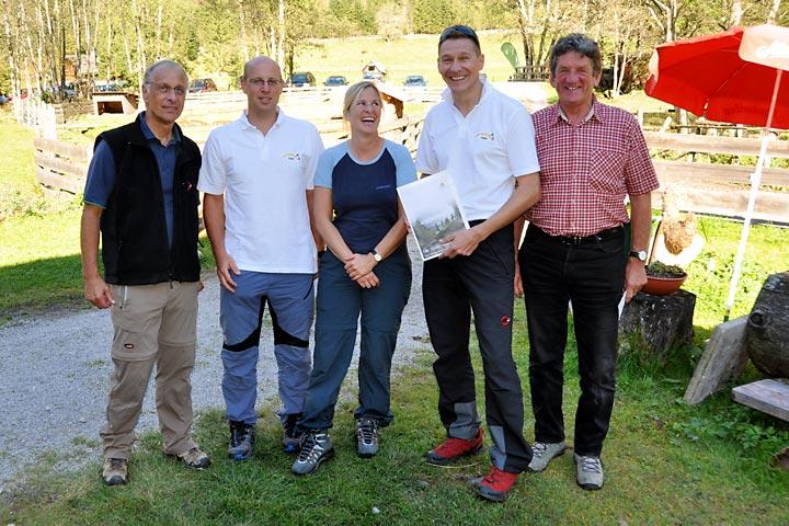 """Terzerhaus Auszeichnung - vlnr: Sieghard Preis(Österreichs Wanderdörfer), Tom Wallner, Corinna Widi (ÖWD), """"Herr Karl"""" Weber und Bgm. Alfred Hinterecker"""