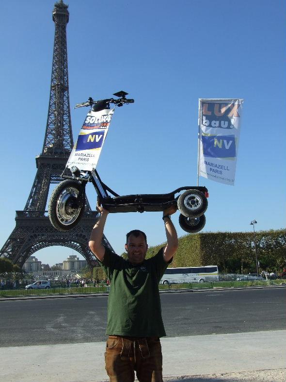 Wolfram Doberer am Ziel beim Eiffelturm in Paris