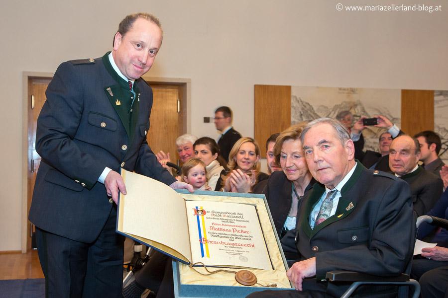 Bürgermeister Josef Kuss überreicht Matthias Pirker die Ehrenbürgerurkunde