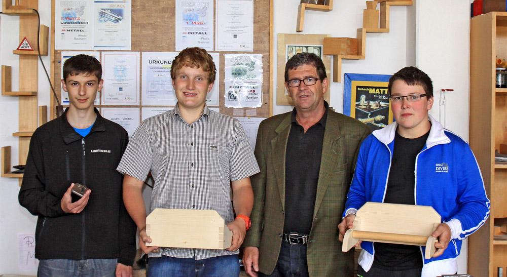 Unsere erfolgreichen Teilnehmer beim Poly Landeswettbewerb. vlnr. Thomas Glitzner, Felix Schneck, Lehrer Hans Hölblinger,  Sandro Teubenbacher
