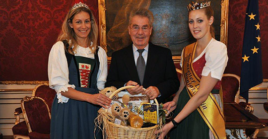 BundesPräsident Heinz Fischer mit den Honigköniginnen aus Tirol und dem Mariazellerland