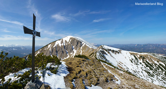 Kleiner-Goeller-Gipfelkreuz-mit-Blick-zum-Goeller