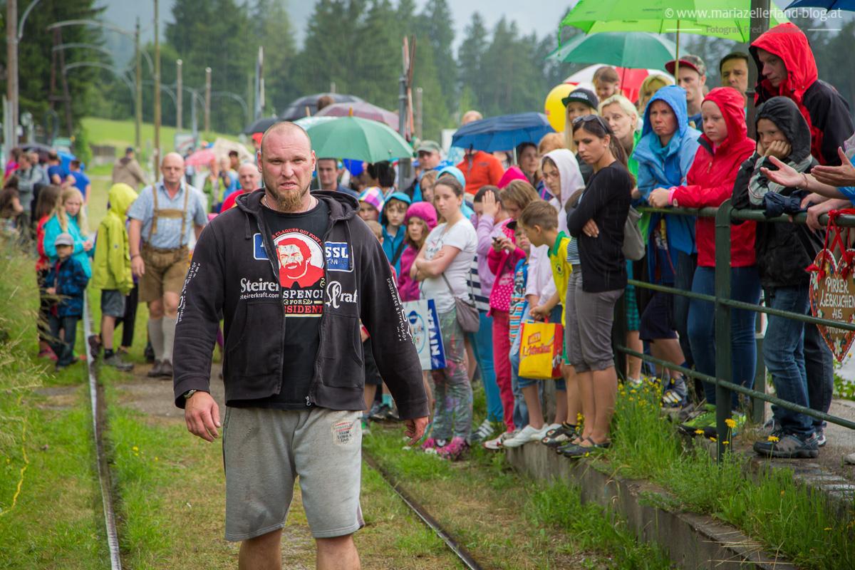 Lars Hermann bereitet sich vor bis die Museumstramway kommt