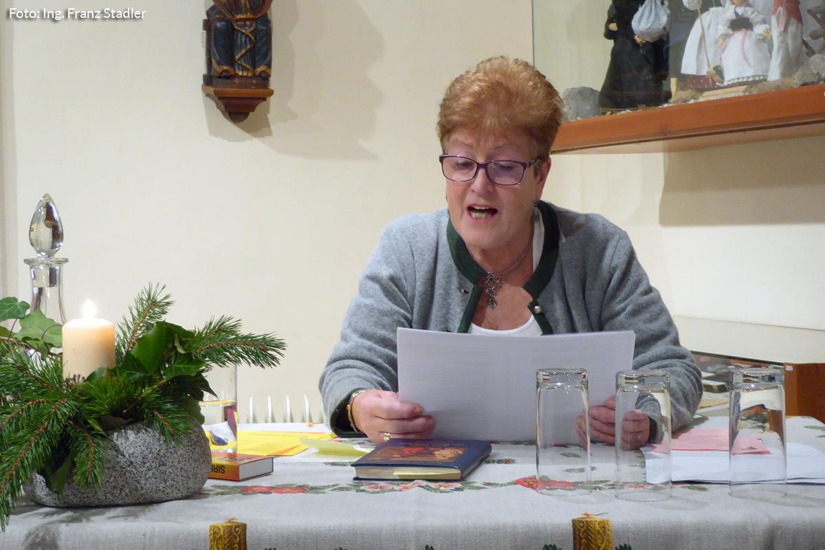Elfriede Rohringer liest bei der Adventstunde im Heimathaus