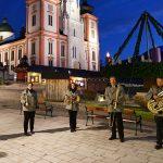 1. Adventkerze am großen Adventkranz in Mariazell entzündet