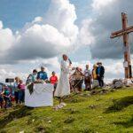 Dompfarrer Faber weihte das neue Wetterin-Gipfelkreuz
